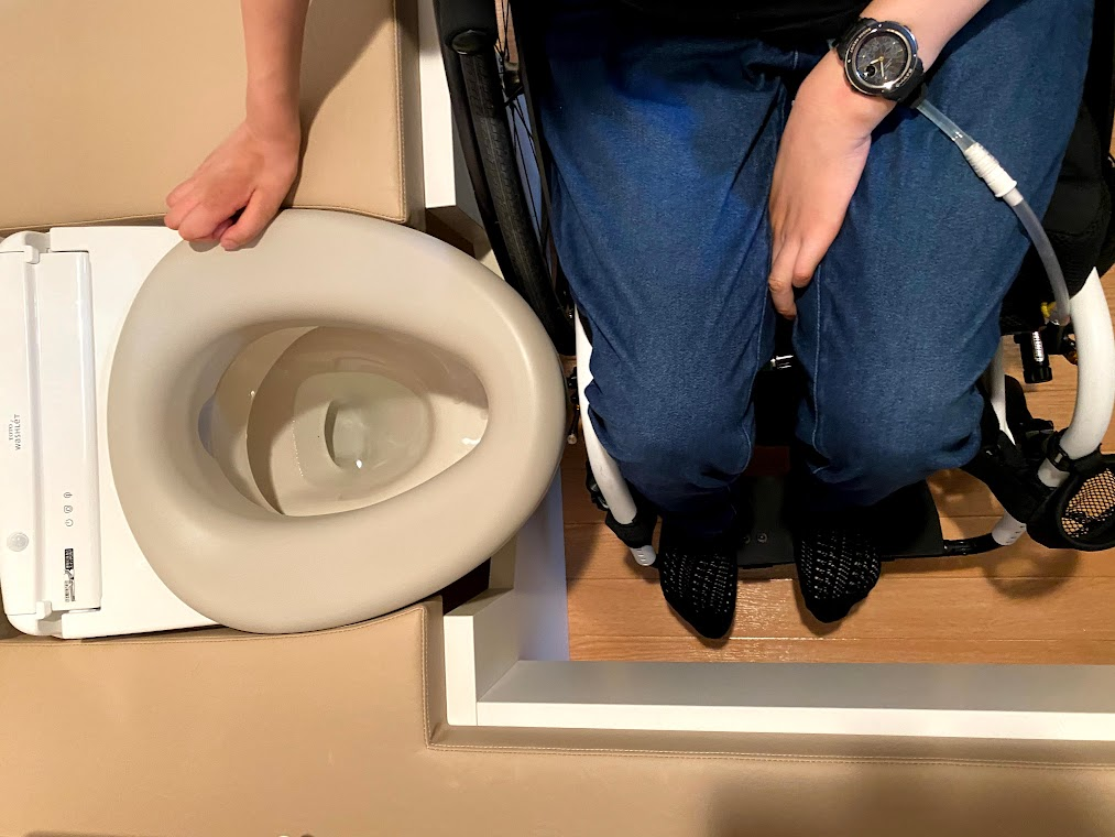 「車いす前輪がぶつからないようにトイレ台を修正