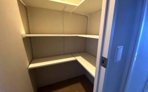 食料品や日常生活用品を一望できる可動式棚板