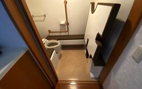 横向きトイレを、アクセシブルな跳ね上げ式トイレ台で高床に
