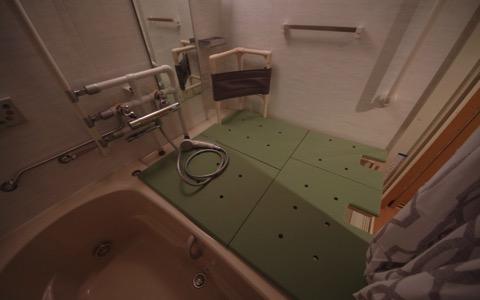 背もたれ付き入浴台を、ユニットバス全面に・3