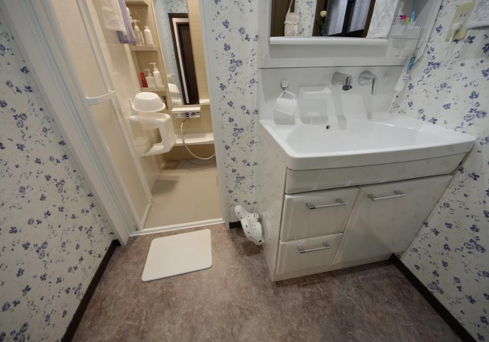 壁に掛ける収納で水回りを快適に:浴室