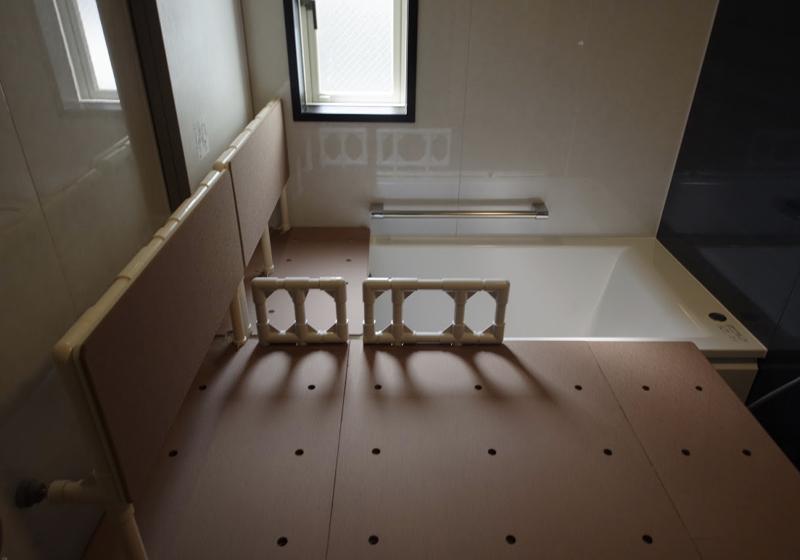 連続する背もたれで、浴槽に入れる入浴台