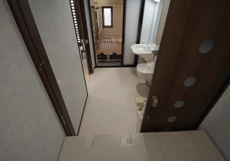 浴室とトイレとを行き来できる、一列に並ぶ水回りスペース