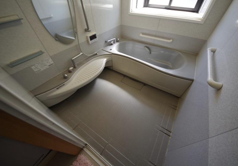 1620サイズのユニットバスに、車いすで入り移乗する入浴台
