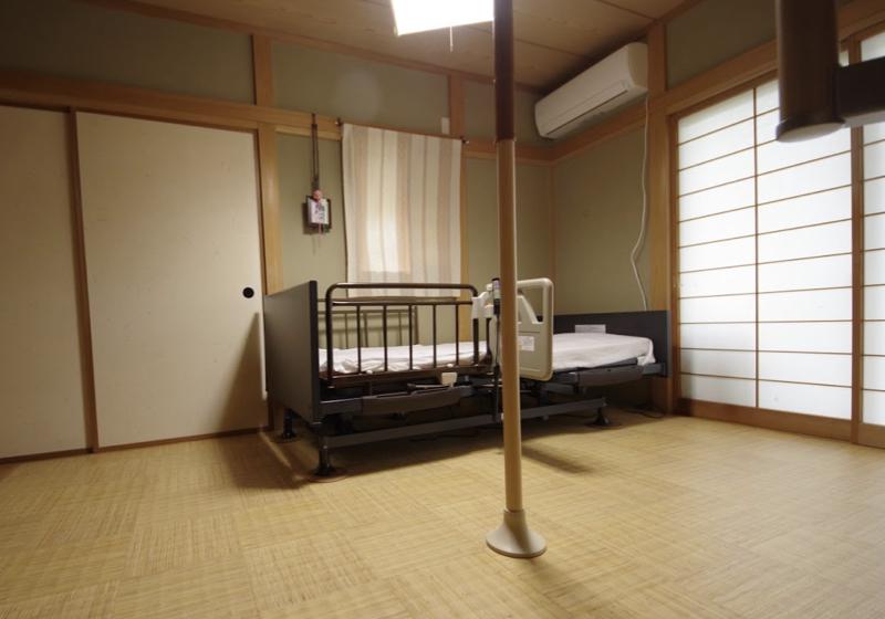 和室の畳をクッションフロアに張り替え、介護ベッドで立ち上がりやすく