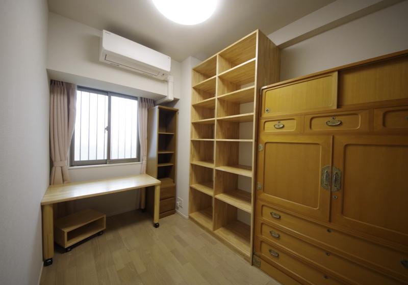 造り付けの机と本棚で、細長い書斉を心地よくする