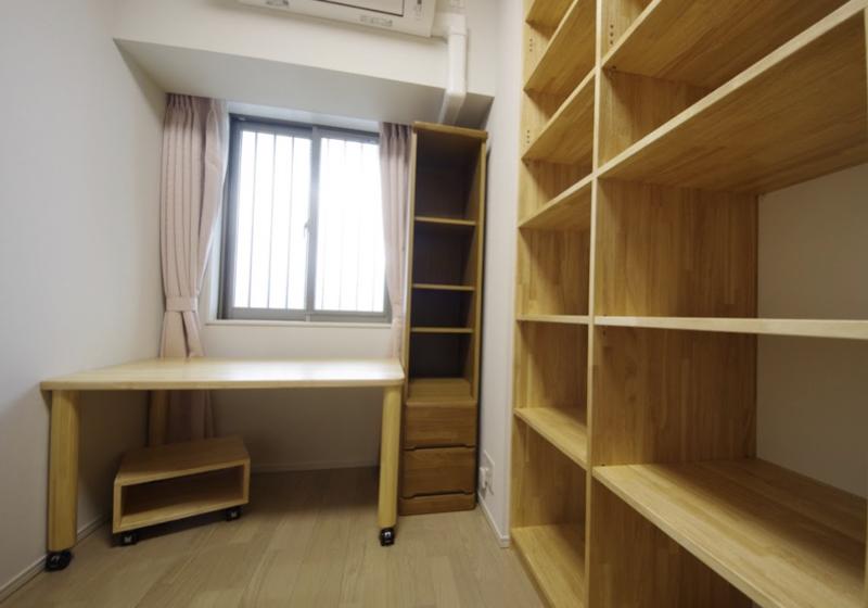 壁造り付けの机と本棚で、細長い書斉を心地よくする