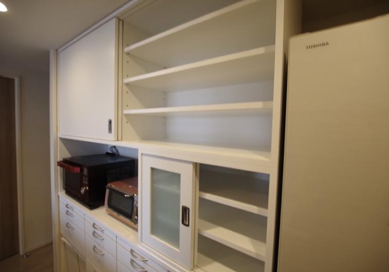 壁に溶け込み主張しない間口179cmの食器棚