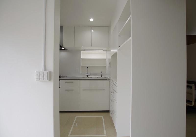 「兼ねること」でコンパクトに(2)両面使いの食器棚