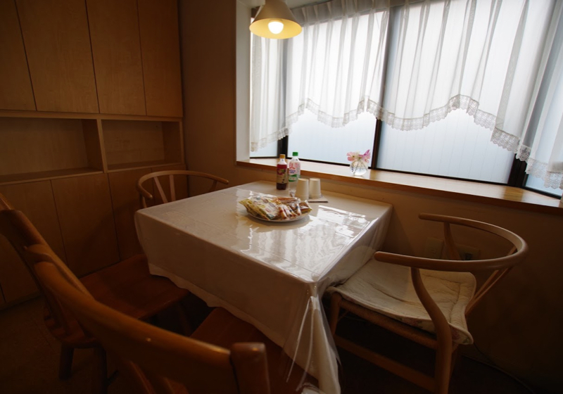 1/3世紀を迎えて住まいを再考する(2)テーブル、キッチン、ソファーが形作る三角形
