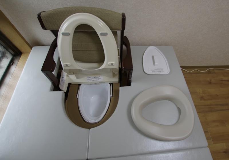 ポーダブルトイレを移乗台で囲み、座敷トイレをつくる (2)