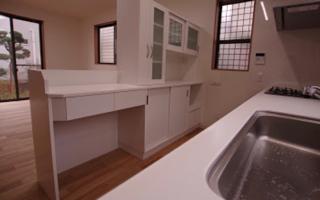 キッチンを隠しきらない、間仕切型の造り付け食器棚