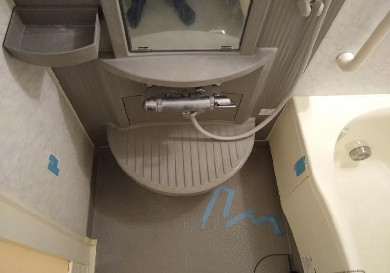 1216サイズのユニットバスでも、車いすから移乗できた入浴台