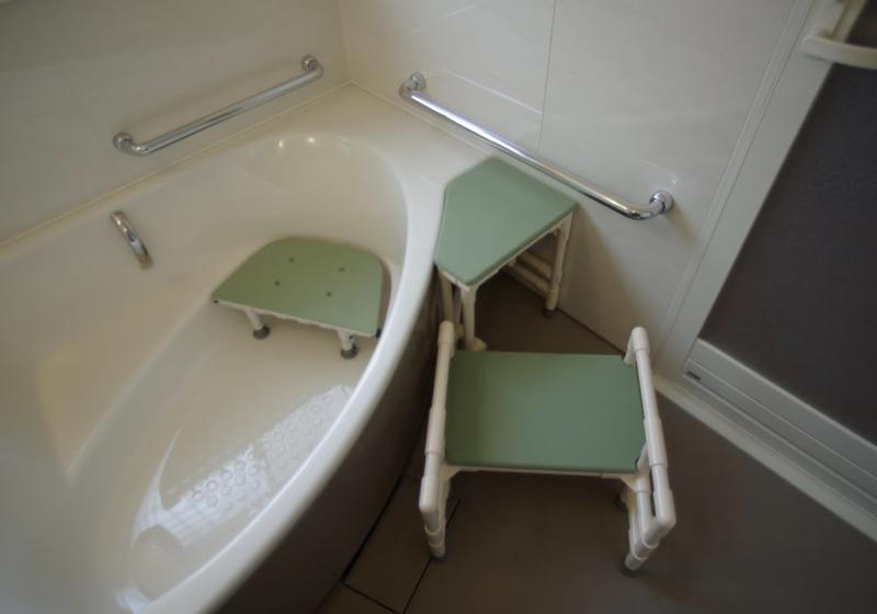 洗い場の床からプッシュアップで浴槽の縁に