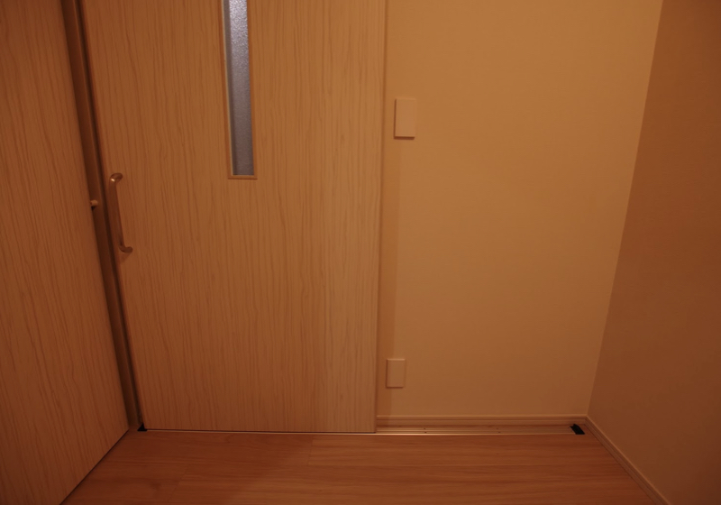 ドア枠を残して引き戸にする、アウトセット引き戸