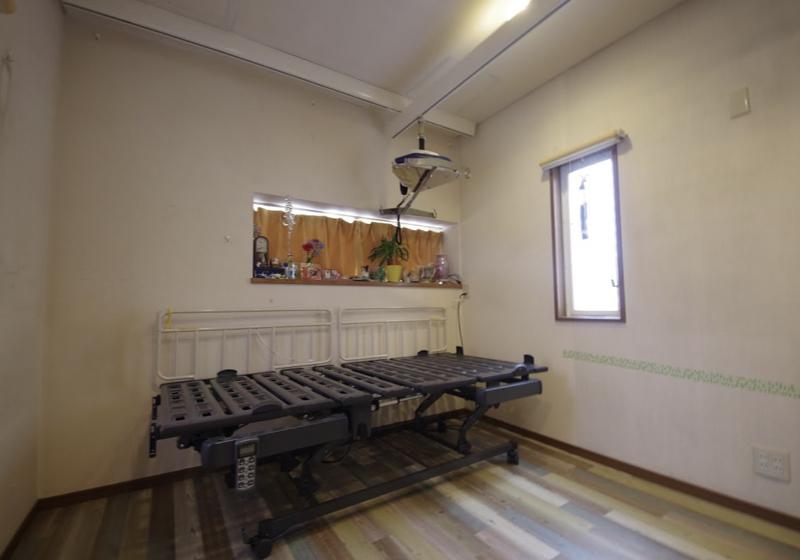 ストレッチャーでベッドに移乗できる、天井リフト付きの寝室