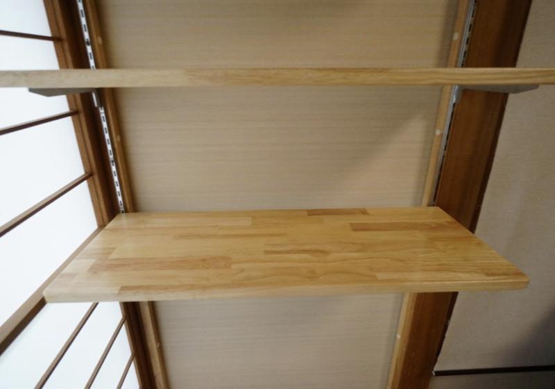 可動棚板と可動パイプで「見える収納」に