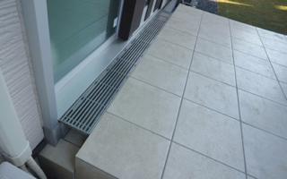 上がり框の段差をなくすと、玄関引き戸の納まりが難しくなる