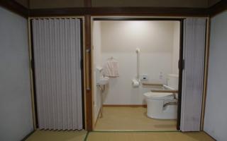 暖かくて行き来しやすい寝室内トイレ