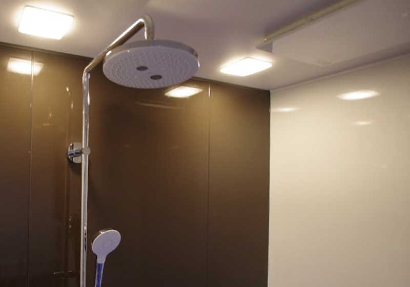 浴槽がなくてもオーバーヘッドシャワーで温まれるシャワーユニット