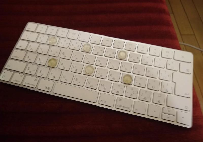 長時間の入力でも疲れにくい、膝に載せたキーボード