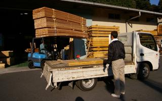 杉板貼りの2階建て:杉板を受け取りに西川へ