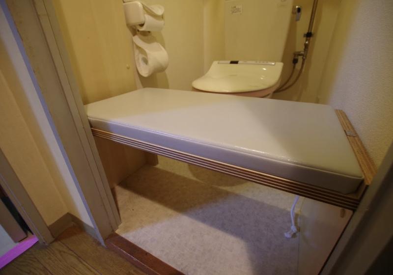 跳上げ式の移乗台、家族で共用するバリアフリーなトイレ・2