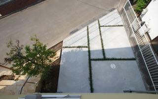 カーポートのコンクリート土間、リュウノヒゲで最低限のデザイン