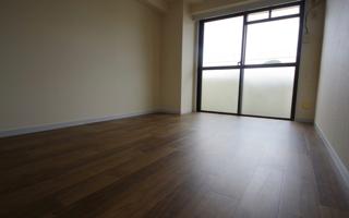賃貸マンションの床をカバーする、粘着性ビニル床タイル