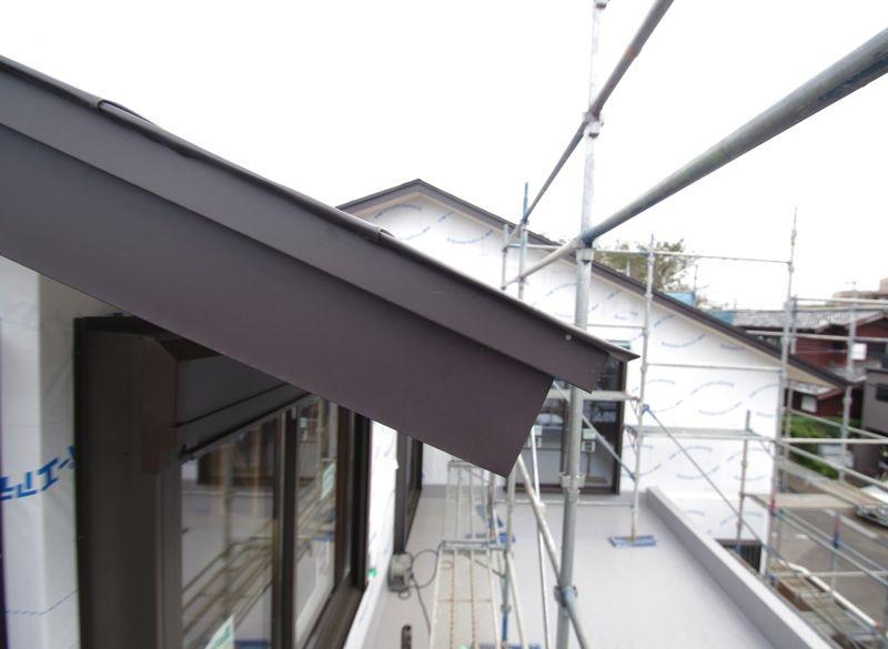 屋根の出は長く、破風板は薄く