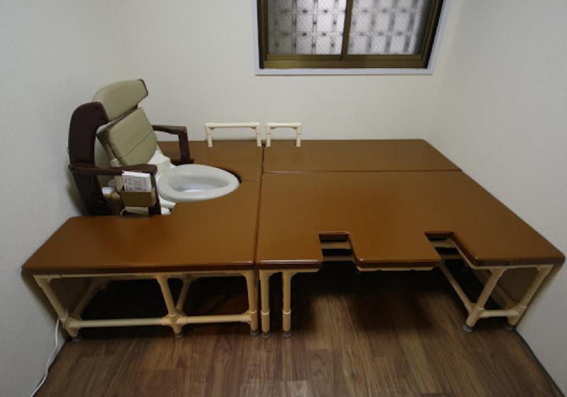 ポーダブルトイレを移乗台で囲み、座敷トイレをつくる(1)