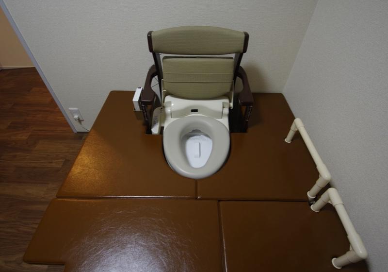 ポーダブルトイレを移乗台で囲み、座敷トイレをつくる