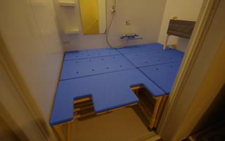 背もたれ付き入浴台を、ユニットバス全面に・2