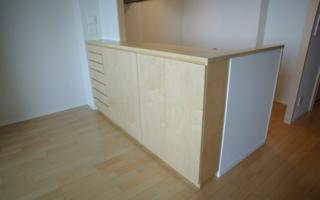 キッチンカウンターの下に、ぴったりとはめ込む食器棚