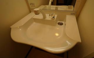 車いすユーザーの洗面化粧台の定番「車いす対応洗面」