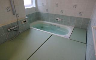 車いすユーザーと高齢のご両親のための、ユニバーサルな浴室