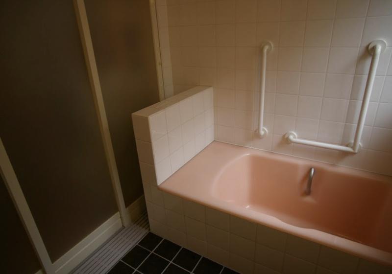 介助しやすく安全に入浴できる、コルク床の浴室
