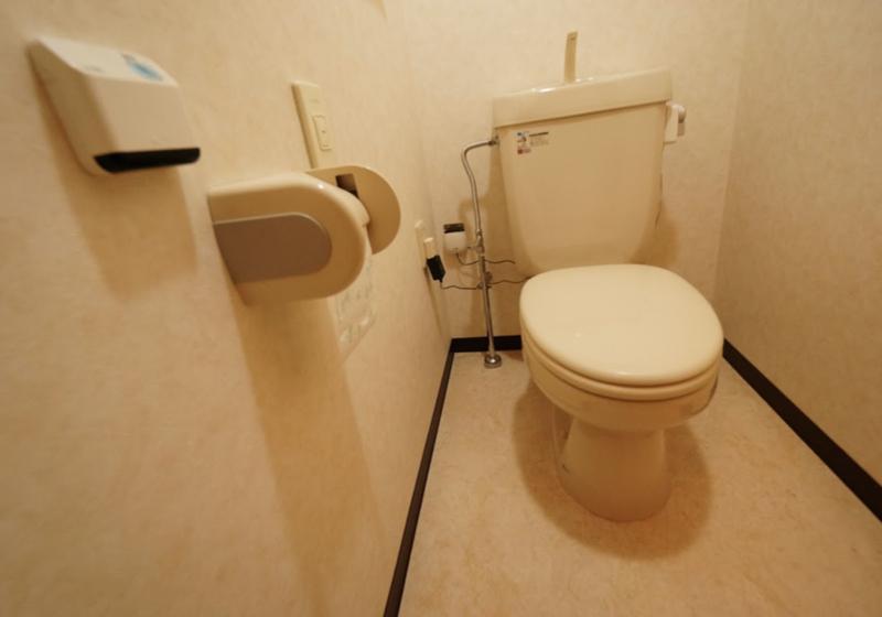 トイレの役割を二つに分ける。ベッド脇の「お座敷トイレ」