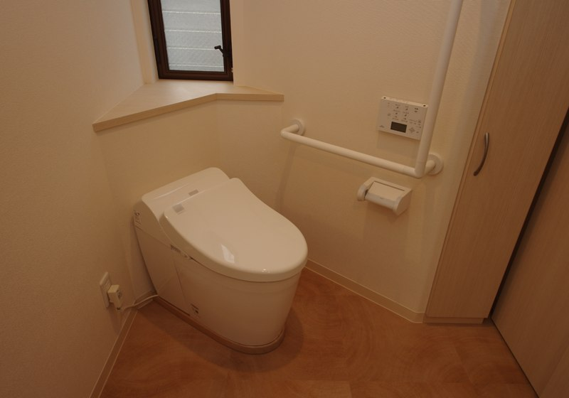 廊下に造った、斜めに配置したトイレ