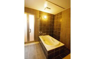 ベッドから浴槽へ、天井走行リフトの天井埋め込みレール