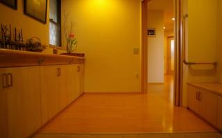 応接間を兼ねた、バリアフリーな玄関室