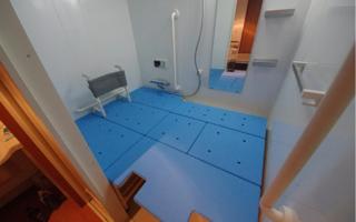 背もたれ付き入浴台を、ユニットバス全面に・1