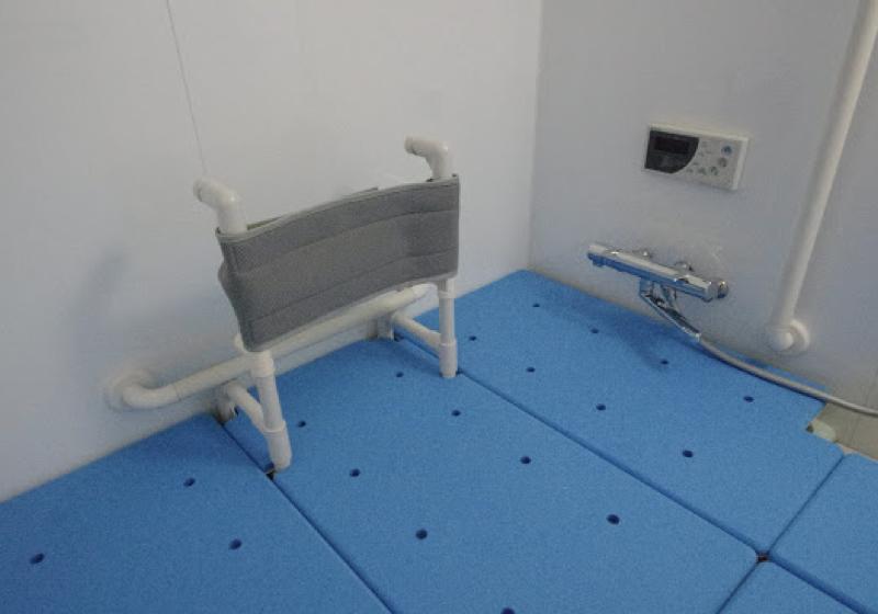 背もたれ付き入浴台を、ユニットバス全面に