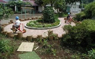 三輪車のサーキット、雨上がりの保育園の園庭