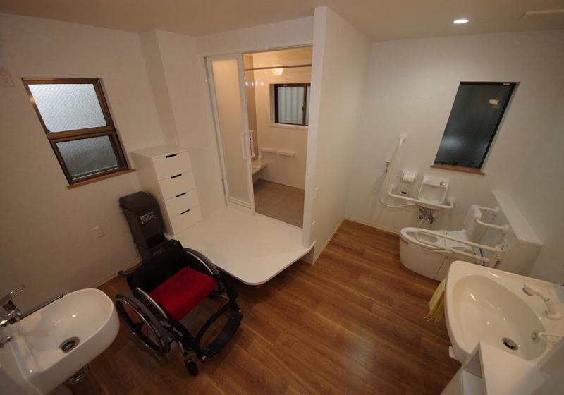 トイレ脇の入浴台から入る、浴槽のないユニットバス