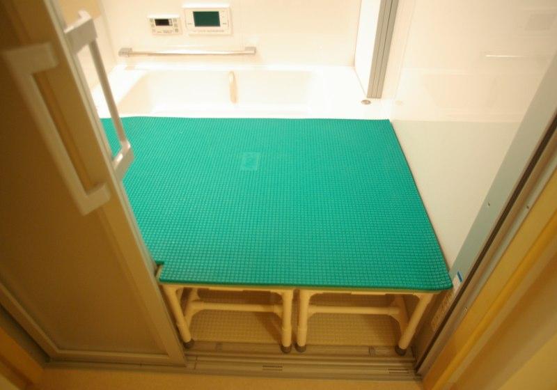 車いすから移乗しやすい「お座敷浴室」を、ユニットバスで造る