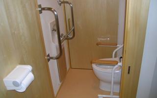 「介助あり」x「立っていられる」なら、狭いトイレがいい