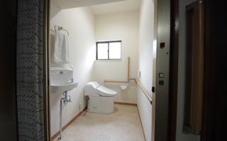 「母の日」にリフォームした、寝室脇の横向きトイレ