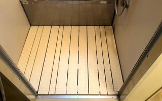 ユニットバスの床形状に合わせ段差をなくす、浴室すのこ