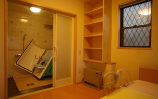 「座位で入浴する可搬式浴槽」のシャワー室